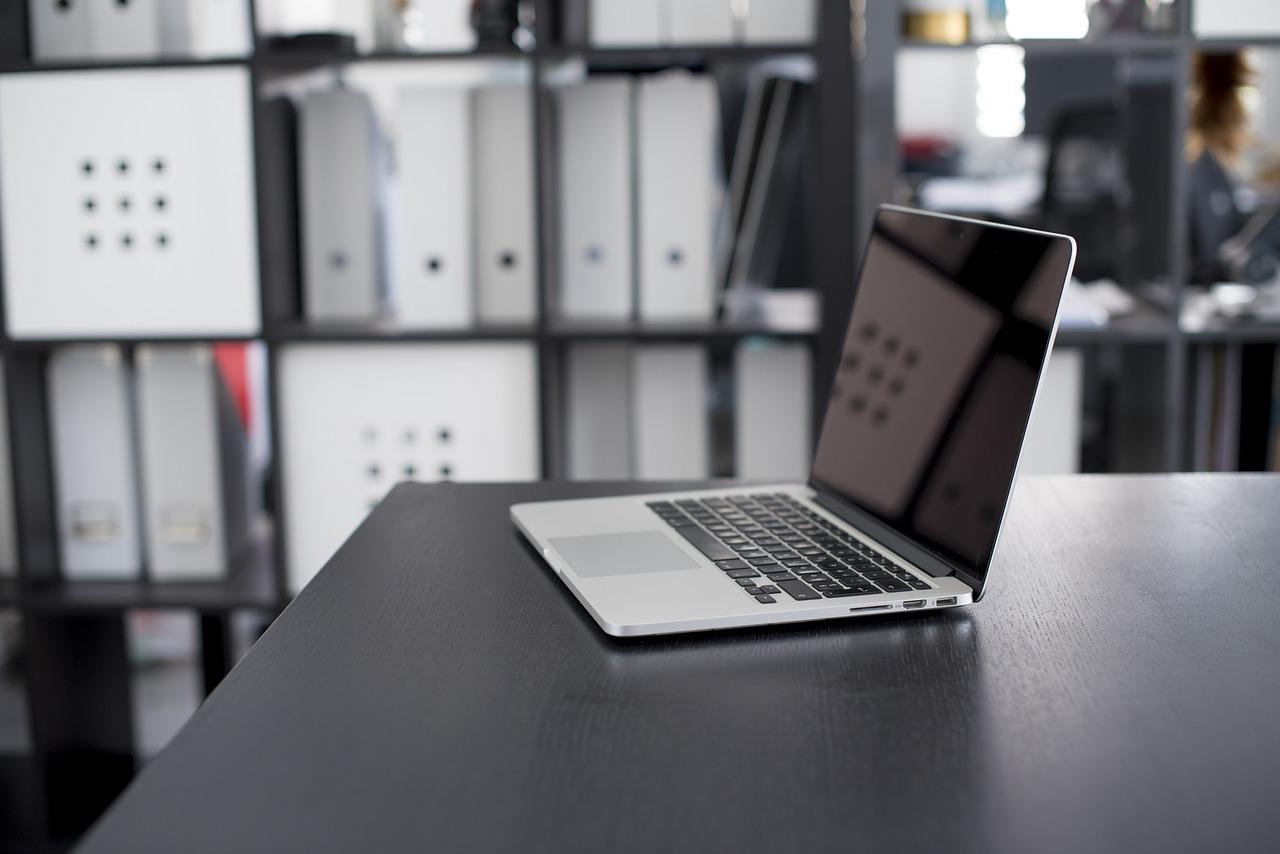 Laptopy firmy Apple mają zarówno dużą grupę osób kochających je, jak i osób, które otwarcie nie lubią tego sprzętu